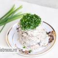 Грибний салат з куркою і зеленою цибулею: рецепт з фото