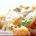 Легкий салат з креветками і скляною локшиною