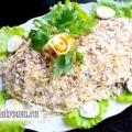 Листковий салат з куркою, печерицями, сиром і чорносливом: рецепт з фото