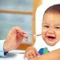 Як навчити дитину їсти ложкою самому?