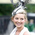 Королева Англії на конкурсі гламурних капелюшків